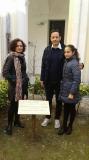 Roberto Giordano, Federica Aiello e Greta Giordano vicino l'albero piantato in memoria di Irena Sendler, presso il Museo Palatucci.